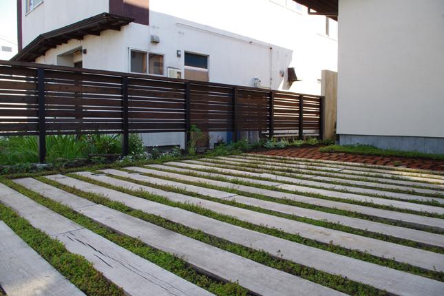 自然素材のサブ駐車場