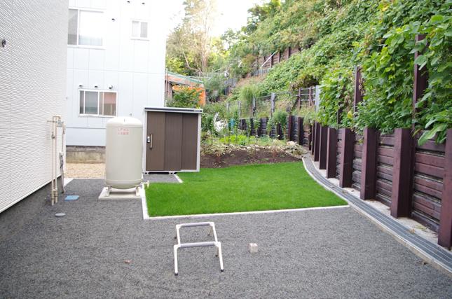 プライベートスペースであるシンプルな主庭